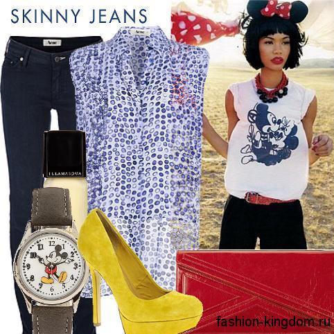 Летние джинсы темно-синего цвета прямого фасона сочетаются с шифоновой блузкой голубого тона без рукавов, красным клатчем и туфлями желтой расцветки на высоком каблуке.