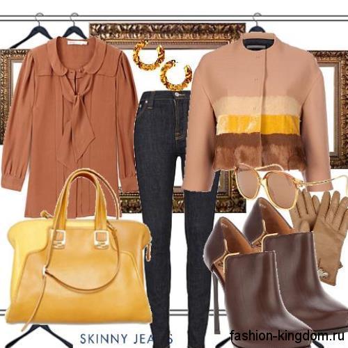 Черные джинсы скинни сочетаются с блузкой коричневого тона, коротким жакетом цвета капучино, дамской желтой сумочкой и ботильонами темно-коричневого тона на каблуке.