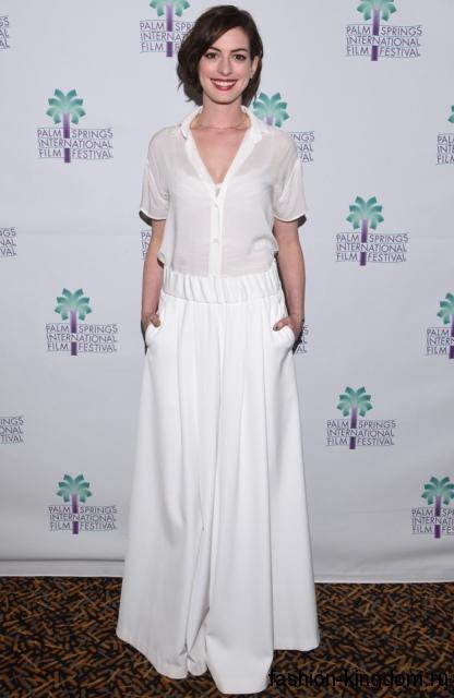 Обладательница фигуры «Н» Энн Хэтэуэй в длинной юбке белоснежного тона, свободного фасона, которая сочетается с шифоновой блузкой белого цвета, с короткими рукавами.