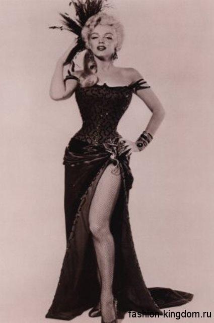 Вечерний образ обладательницы типа фигуры песочные часы Мэрилин Монро. Атласная юбка в пол черного цвета в тандеме с корсетом черного тона с абстрактным принтом.