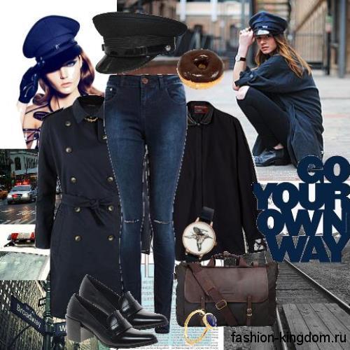 Осенний образ с синими джинсами зауженного фасона в сочетании с черной блузкой с длинными рукавами, двубортным пальто полуночно-синего оттенка и лакированными черными туфлями на широком каблуке.
