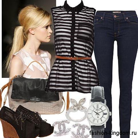 Узкие джинсы темно-синего оттенка для фигуры песочные часы сочетаются с шифоновой блузкой черно-белой расцветки, без рукавов, сумочкой серо-черного тона и черными ботильонами с открытым носком и на платформе.