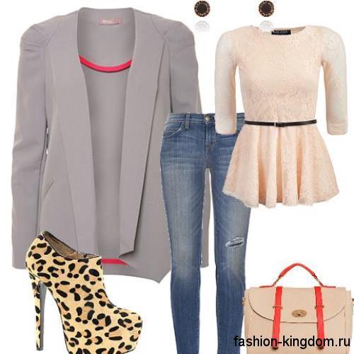 Ажурная блузка персикового оттенка с баской и рукавами три четверти в сочетании с классическими синими джинсами, пиджаком серого цвета, дамской сумочкой кремового тона и ботильонами с леопардовым принтом и на каблуке.