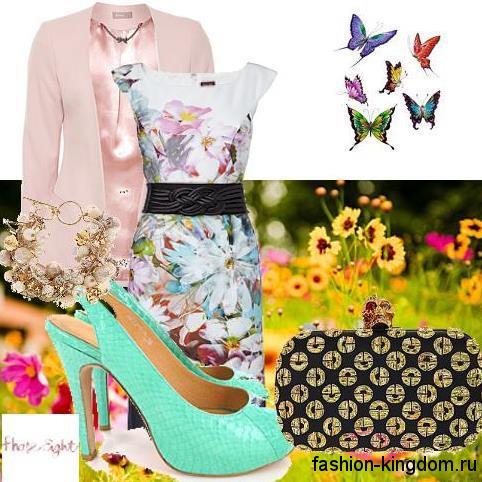 Летнее платье приталенного фасона для фигуры песочные часы, с цветочным рисунком, с короткими рукавами и широким кожаным поясом в тендеме с пиджаком розового тона классического кроя, клатчем черно-золотистой расцветки и открытыми туфлями бирюзового оттенка на каблуке.