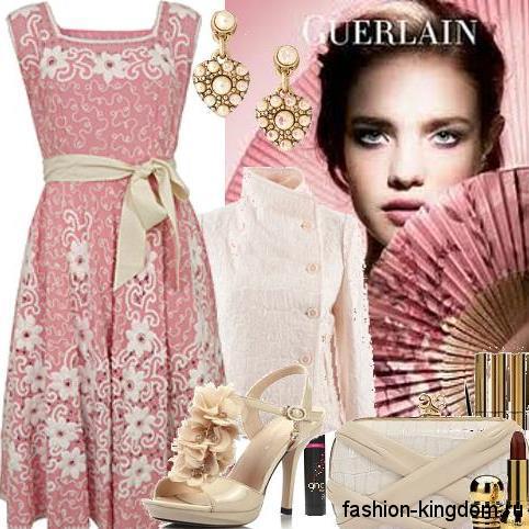 Вечернее платье розового цвета с белыми гипюровыми вставками для фигуры песочные часы, декорированное бежевым пояском, сочетается с жакетом молочного оттенка с воротником стойкой, клатчем бежевого тона и лакированными босоножками на высоком каблуке.