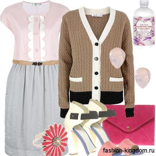 Повседневный образ с платьем серо-розовой расцветки с акцентом на талии и без рукавов для фигуры «О» в сочетании с вязаным кардиганом светло-коричневого оттенка, клатчем малинового цвета и босоножками бежевого тона на широком каблуке.