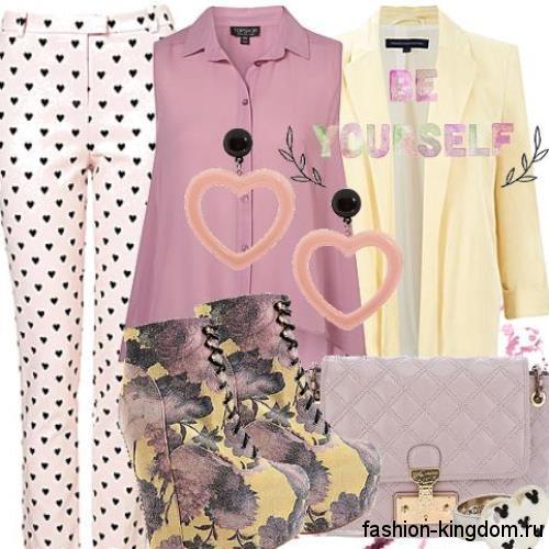 Стильный комплект для обладательниц фигуры яблоко в виде коротких брюк бежевого цвета с мелким принтом в тандеме с блузкой темно-розового оттенка без рукавов, пиджаком солнечно-желтого тона с рукавами три четверти, сиреневым клатчем и ботильонами на платформе с цветочным принтом.