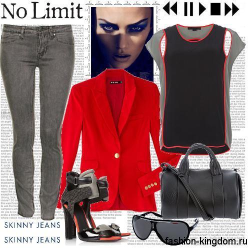Зауженные серые джинсы с низкой талией гармонирую с черным топом, пиджаком ярко-красного оттенка, черной сумочкой и босоножками.