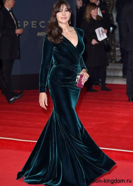 Бархатное вечернее платье темно-изумрудной расцветки, с длинными рукавами и глубоким декольте для обладательницы типа фигуры песочные часы Моники Беллучи.