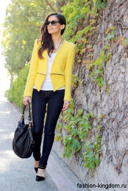 Джинсы черного цвета зауженного кроя в тандеме с белой майкой, коротким пиджаком ярко-желтого оттенка, черной обувью и сумочкой.