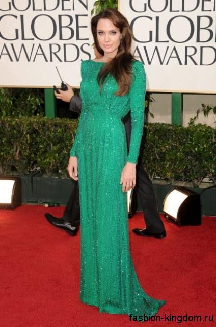 Обладательница фигуры перевернутый треугольник, Анджелина Джоли, в вечернем платье изумрудного оттенка, длиной в пол, с длинными рукавами, вырезом лодочка и акцентом на талии.