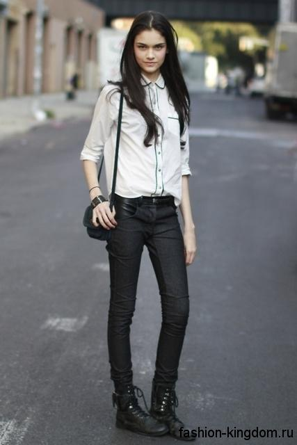 Черные джинсы на каждый день сочетаются с рубашкой белого цвета с черной отделкой, массивными ботинками на низком ходу и не большой черной сумочкой.