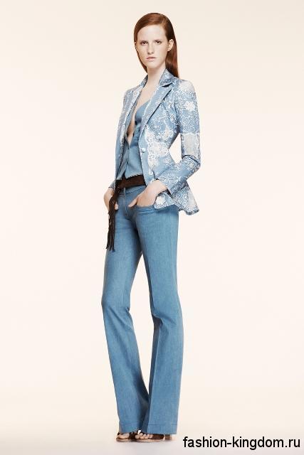 Элегантные джинсы клеш светло-синего цвета сочетаются с удлиненным пиджаком голубого тона, декорированным вышивкой, и коричневыми босоножками на широком каблуке от Altuzarra.