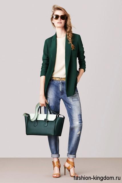Синие джинсы бойфренды с потертостями и заплатками от Bally сочетаются с бежевым топом, удлиненным пиджаком темно-зеленого оттенка, большой зеленой сумкой и босоножками светло-коричневого тона на каблуке.