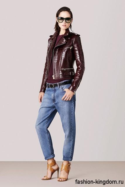 Стильные джинсы бойфренды светло-синего цвета сочетаются с кожаной курткой бордового оттенка и босоножками горчичного тона на каблуке от Bally.