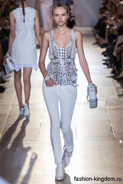 Белые джинсы скинни из коллекции Diesel Black Gold в сочетании с летней блузкой серо-белого тона без рукавов, белой сумочкой и закрытыми туфлями белой расцветки.