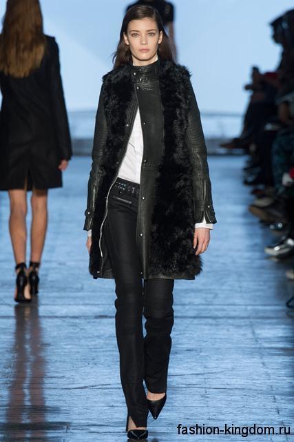 Осенние джинсы черного цвета прямого силуэта дополняются белой блузкой, кожаным черным пальто длиной выше колен, с меховыми вставками и черными туфлями на каблуке от Diesel Black Gold.