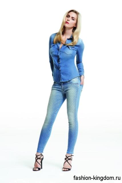 Джинсы скинни голубого цвета с потертостями из коллекции Jacob Cohen в сочетании с джинсовой синей рубашкой с длинными рукавами и черными босоножками на каблуке.