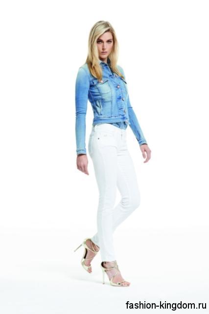 Модный образ с белыми джинсами из коллекции Jacob Cohen, которые сочетаются с джинсовым жакетом суветло-синего оттенка и серебристыми босоножками на каблуке.