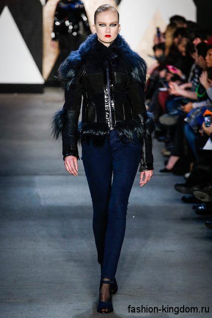 Узкие джинсы темно-синего цвета с высокой талией сочетаются с короткой кожаной курткой черного цвета с меховыми вставками и открытыми туфлями темно-синего тона от Jen Kao.