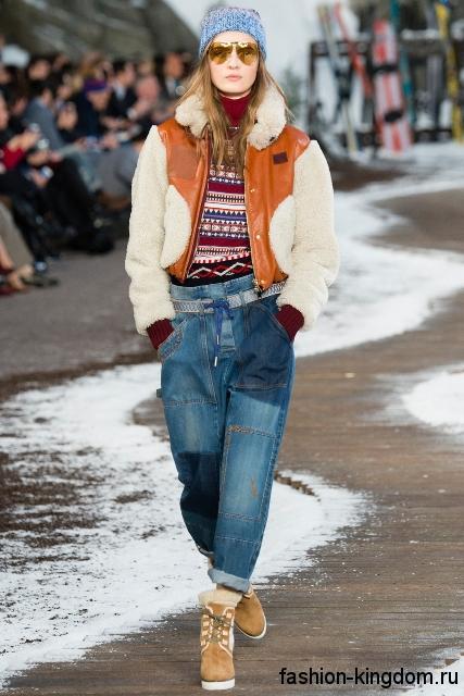 Оригинальные джинсы бойфренды синего цвета в сочетании с полосатым свитером красного тона, курткой бежево-оранжевой расцветки и ботинками на низком каблуке от Topshop Unique.