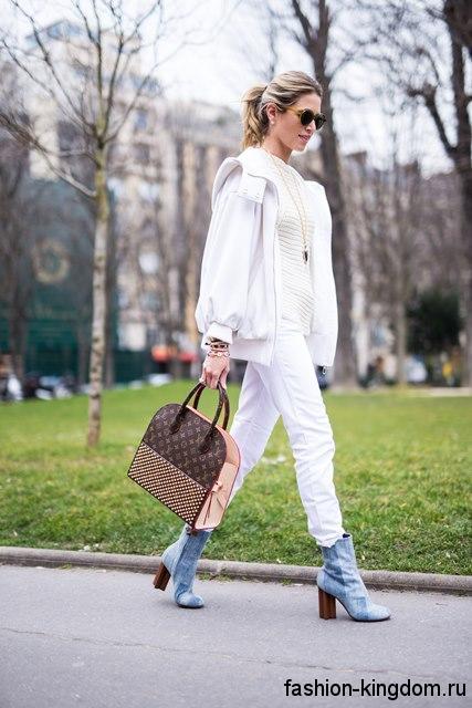 Короткие сапоги светло-синего цвета на устойчивом каблуке гармонируют с узкими брюками и короткой курткой белого тона.