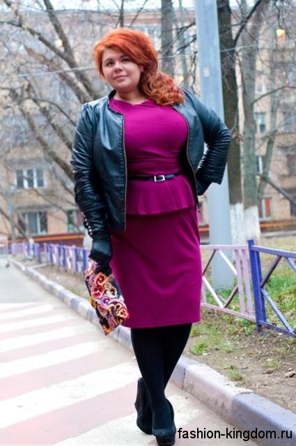 Трикотажное платье с баской цвета фуксия, длиной до колен сочетается с короткой кожаной курткой черного тона и туфлями черной расцветки на платформе.