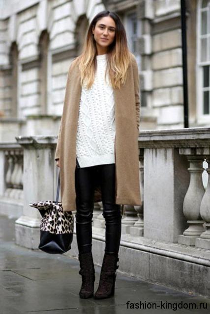 Замшевые сапоги черного цвета на платформе сочетаются с демисезонным пальто светло-коричневого тона длиной до колен.