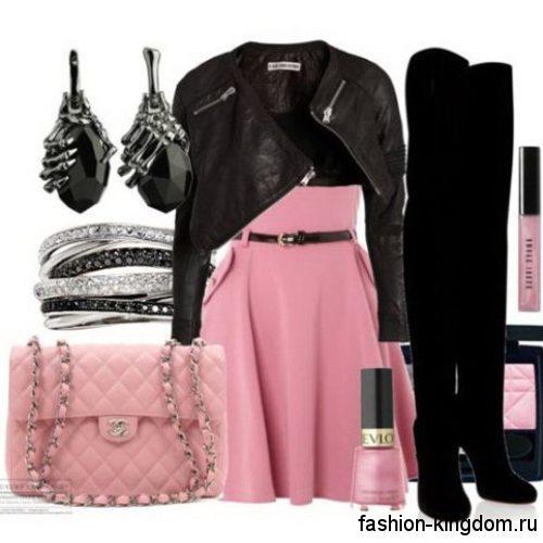Замшевые сапоги-чулки черного цвета на высоком каблуке в сочетании с коротким розовым платьем и кожаной черной курткой.