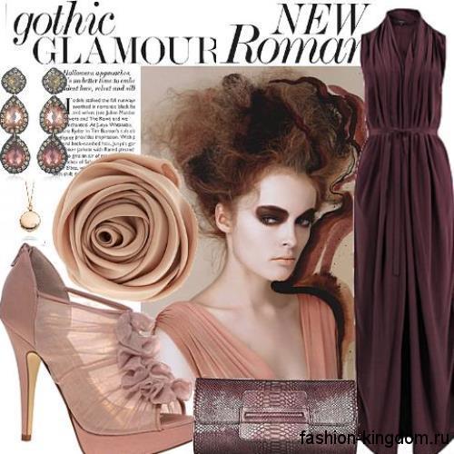 Длинное новогоднее платье темно-сливового цвета, полуприталенного силуэта, без рукавов в тандеме с лакированным клатчем и открытыми туфлями на высоком каблуке.