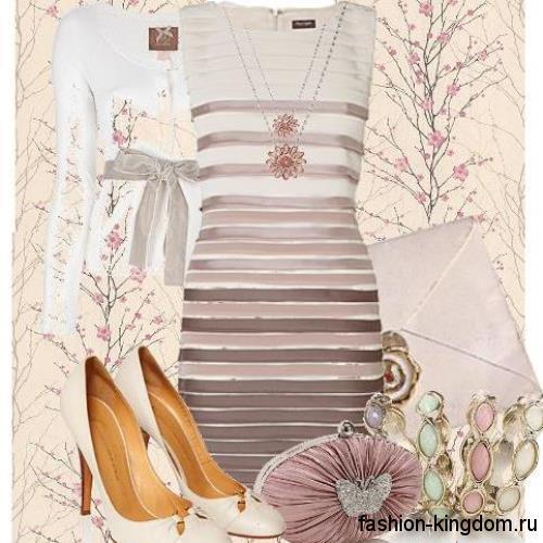 Новогоднее короткое платье приталенного фасона, кремовой расцветки, без рукавов в сочетании с бежевым клатчем и туфлями на среднем каблуке.