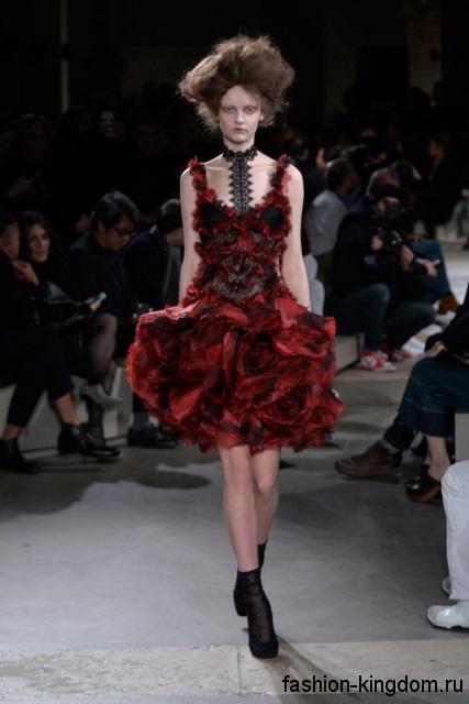 Короткое платье с пышной юбкой темно-красного цвета в готическом стиле модного сезона осень-зима 2015-2016 от Alexander McQueen.
