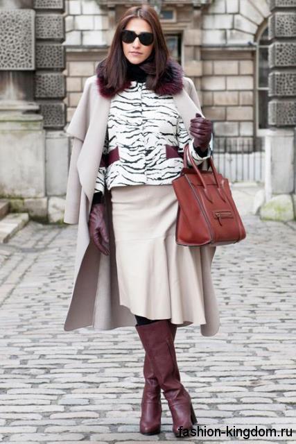 Высокие сапоги бордового цвета на широком каблуке сочетаются с демисезонным серым пальто и аксессуарами в тон.