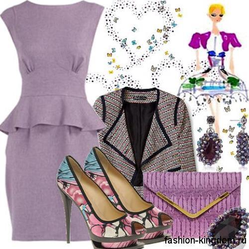 Платье с баской сиреневого цвета для корпоратива, без рукавов, длиной миди дополняется жакетом серого тона и фиолетовым клатчем.