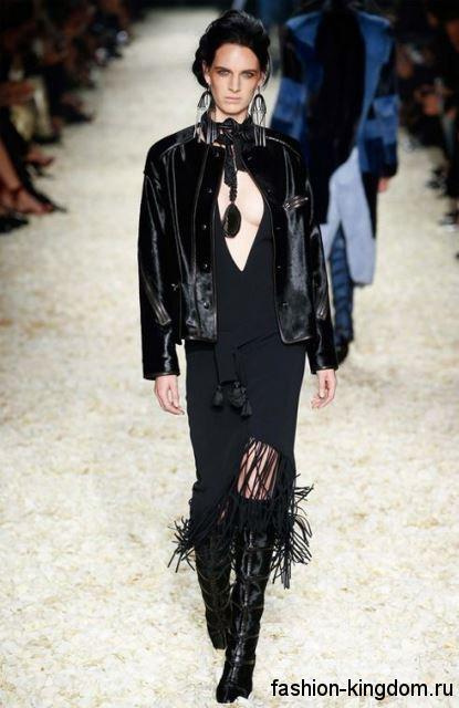 Асимметричное черное платье с глубоким декольте в сочетании с короткой черной курткой и высокими сапогами модного сезона осень-зима 2015-2016 от Tom Ford.
