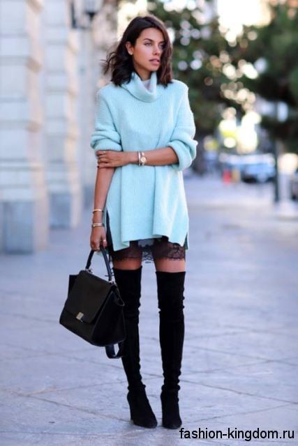Сапоги-чулки черного цвета на платформе в тандеме с удлиненным свитером небесно-голубого оттенка и черной сумочкой.