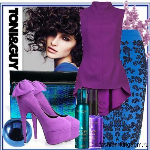 Юбка-карандаш для вечернего стиля синего цвета с принтом сочетается с блузкой фиолетового тона без рукавов и сиреневыми туфлями на высоком каблуке.