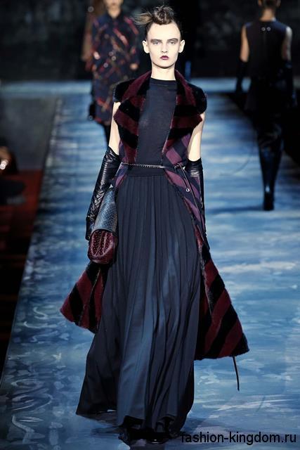 Длинная юбка и топ темно-синего цвета в готическом стиле в тандеме с меховым пальто фиолетового тона без рукавов модного сезона осень-зима 2015-2016 от Marc Jacobs.
