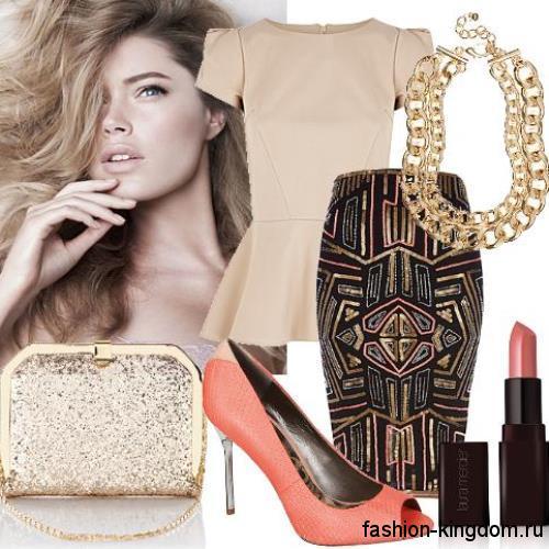 Вечерний стиль с юбкой-миди коричневого цвета с геометрическим принтом, приталенного фасона в тандеме с бежевой блузкой с баской и открытыми туфлями на тонком каблуке.