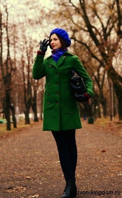 Стильное сочетание зеленого двубортного пальто с шарфом и беретом ярко-синего оттенка.