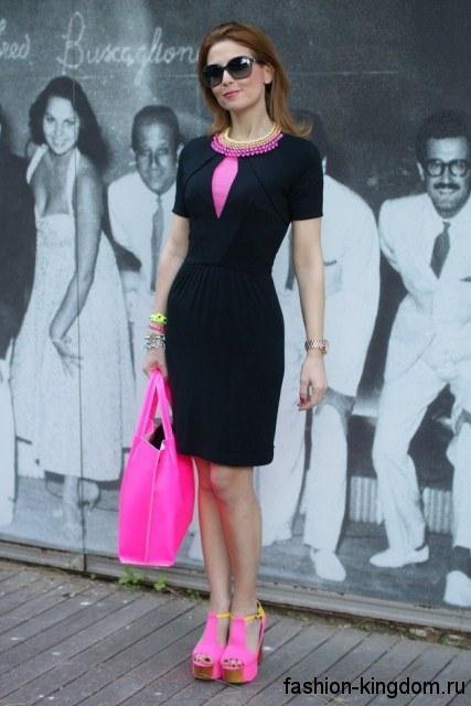 Платье черно-розового цвета для новогоднего корпоратива, приталенного фасона, с короткими рукавами, длиной чуть выше колен.