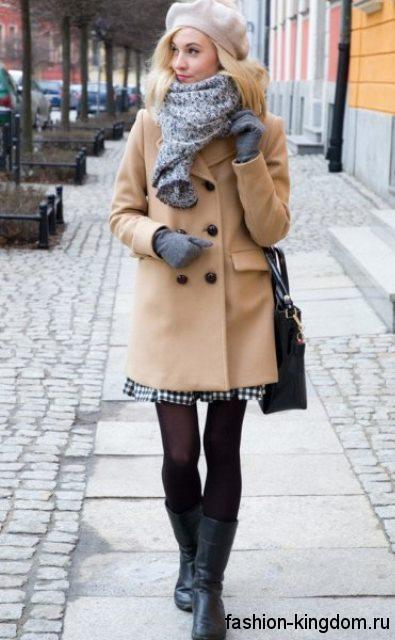 Осенний образ в виде тандеме пальто бежевого цвета, широкого шарфа и перчаток серого тона, черной сумочки и бежевого берета.