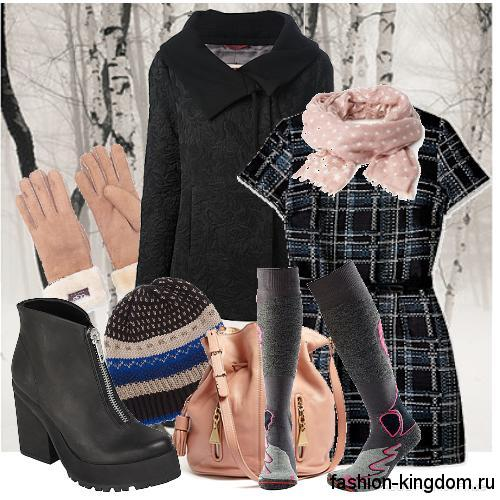 Классическое черное пальто сочетается с легким шарфом нежно-розового оттенка, платьем черно-серой расцветки в клетку, сумочкой и перчатками персикового тона.