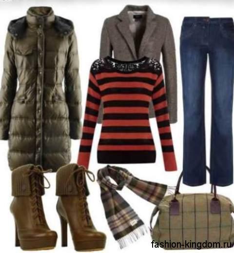 Пуховик цвета хаки длиной до колен сочетается с синими джинсами, серым классическим пиджаком, кофточкой красно-черной расцветки, сумочкой и шарфом зеленых оттенков в клетку и короткими сапоагми коричневого тона на каблуке.
