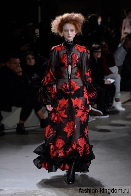 Длинное шифоновое платье черно-красной расцветки с растительным принтом, полуприталенного фасона модного сезона осень-зима 2015-2016 от Alexander McQueen.