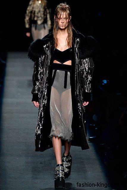 Пуховик серебристого цвета прямого фасона, с черным меховым воротником сочетается с массивными ботинками в тон модного сезона осень-зима 2015-2016 от Alexander Wang.