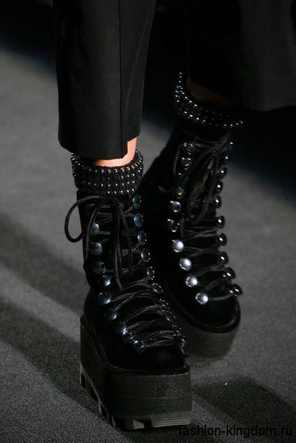 Зимние сапоги черного цвета на массивной платформе, декорированные шнуровкой из коллекции Alexander Wang.