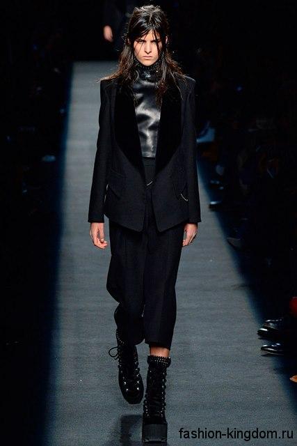 Замшевые сапоги черного цвета со шнуровкой и на платформе в сочетании с укороченными брюками и классическим пиджаком черного тона от Alexander Wang.