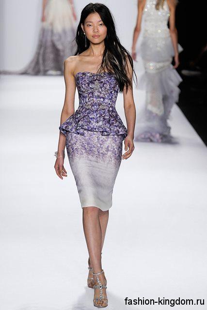 Платье с баской бело-сиреневой расцветки с принтом для вечернего стиля, длиной до колен в тандеме с босоножками серебристого тона на каблуке от Badgley Mischka.