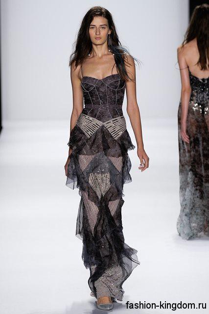Длинное платье черно-серой расцветки для вечернего стиля, с корсетным верхом и прямой шифоновой юбкой в тандеме с серебристыми туфлями на каблуке от Badgley Mischka.